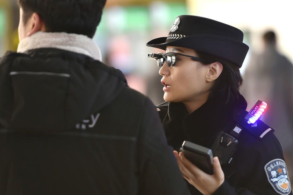 Polícia chinesa criam óculos que identificam suspeitos em tempo real
