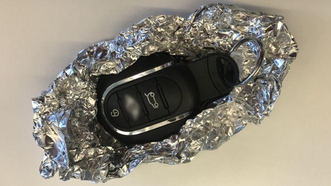 Entenda por que devemos embrulhar chaves automáticas do carro em papel alumínio