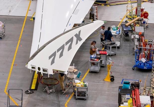 Avião comercial da Boeing terá asas dobráveis