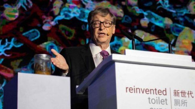 Bill Gates exibe cocô para demonstrar sua nova tecnologia sanitária